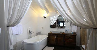 El Mercado_suite bathroom